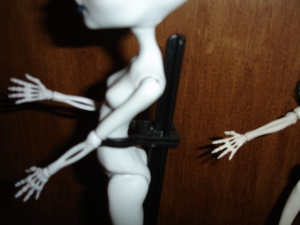 doyoulikethistoo wordpress com Monster High Skeleton CAM and Skelita Calaveras fore arm comparison review
