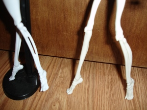 doyoulikethistoo wordpress com Monster High Skeleton CAM and Skelita Calaveras leg comparison