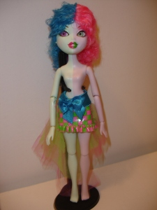 doyoulikethistoo wordpress com pink green wave 1 Bratzillaz Switch-A-Witch Polly-Esther Front