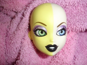 doyoulikethistoo wordpress com tutorial how to swap switch Bratzillaz glass eyes Done