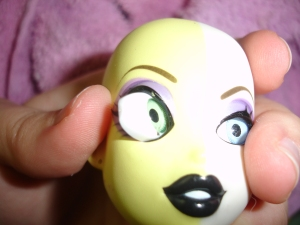 doyoulikethistoo wordpress com tutorial how to swap switch Bratzillaz glass eyes Step 6 poke the eye back in